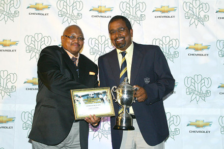 Mr Faizel Samsoodien received the Award as Umpire of the Season from Mr Vuyani Maloi, SWDCB Executive Committee member