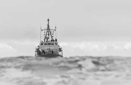 SAS M-1499 Umkomaas crossing the bar in the treacherous Knysna Heads.