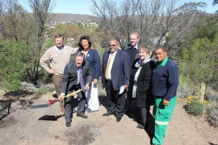 Links: Mnr Ockert Olivier( Voorsitter Fasiliteitsgesondheidsraad), suster Helen Human(Verpleegdiensbestuurder), Mnr Theuns Botha(Wes-Kaapse Minister van Gesondheid),Rdl Henry McCombi(Eden Distriksgesondheidsraad),Dr Jaco Denkema(Mediese bestuurder Alan Blyth-hospitaal), Dr Helise Schumann (Direkteur:Eden en Sentraal Karoo Distrikte), Mnr Stanley van Rooi(EMS Kannaland).