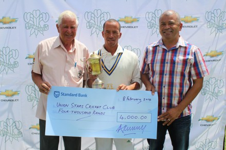 Elridge Booysen (center), captain of Union Stars B, winners of the Sedgars SWD Reserve League with the trophy.  On the left is Simon Swigelaar (Honorary Life-President) and Johan Weyers (Amateur Manager) on the right.