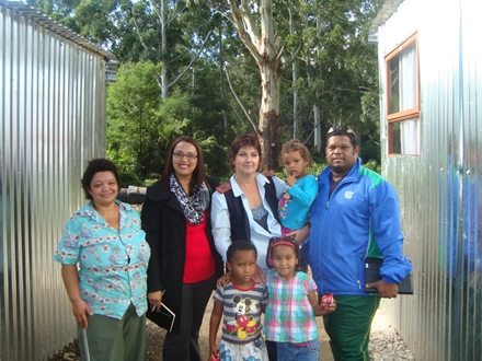 André du Plessis (far right), SWD Academy Manager and High Performance Coach, together with Magdalena du Preez (left) and her family as recipients of the SWD Cricket Academy Goodwill Project to four families in Blanco who lost all their belongings in a fire about a month ago.  Also present were Ms Anneline George (an educator at Kretzenhoop Primary School) and Ms Michel Maree a volunteer in the project.
