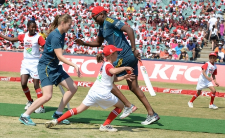 5.Lonwabo Tsotsobe and Andrie Steyn sneak a run during the game at the KFC Mini-Cricket Kids vs Proteas season launch.