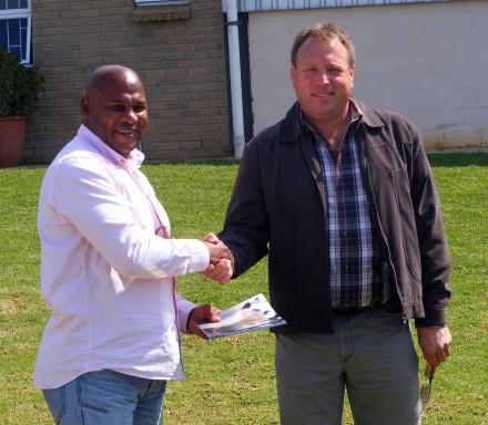 Chester Williams ontvang Gedenkuitgawe van Johan van der Merwe, President Percheron SA