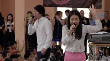 Vietnamese popstars Thanh Bui and Thu Minh singing for students at the launch of the Wild Rhino Competition