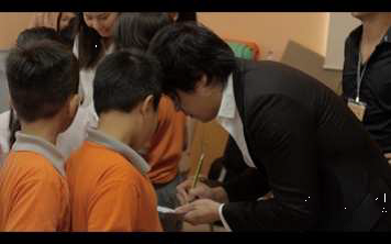 Vietnamese popstars Thanh Bui and Thu Minh signing autographs at the launch of the Wild Rhino Competition