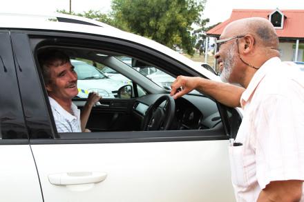 Eden Executive Deputy Mayor, Cllr Lionel Esau, enjoying a conversation with Mr Jan Loots from Kuruman, at the Oudtshoorn roadblock.
