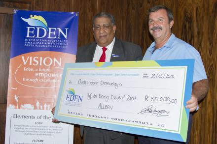 Mr H Davel receives the cheque on behalf of the Animal Welfare from Mayor Van der Westhuizen.