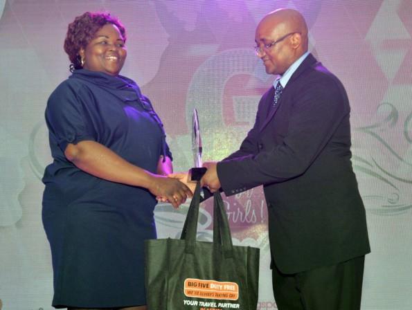 Minister of Sport, Fikile Mbalula handing over the award to Londiwe Hlatswayo