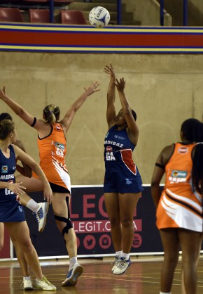 Bavuyise Matyumza helped the SPAR NMMU Madibaz netball team end an emotional Varsity Netball double header with a dramatic 52-50 victory over the University of Johannesburg at Rembrandt Hall in Pretoria on Monday night. Photo: SASPA