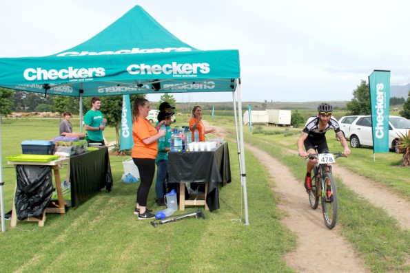 Overall leader Pieter Gildenhuys racing past the Checkers water point, Rolandale- Day 1