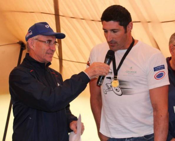Ian Laxton, die Seremoniemeester voer 'n onderhoud met OCC Veteraan, Ernst van Dyk, die wenner van die OCC 2015 Marathon tydens die prysuitdeling