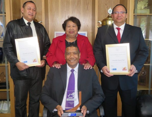 The Executive Mayor of George, Aldm Melvin Naik, with the Govan Mbeki trophy. At the back are Mr Edwin Herandien, Acting Deputy Director: Human Settlements, Cllr Belrina Cornelius, Portfolio Councillor for Human Settlements and Mr Steven Erasmus, Director of Human Settlements, Land Affairs and Planning